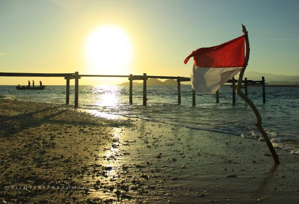 Merah putih berkibar berlatar matahari terbit di Pulau Kenawa