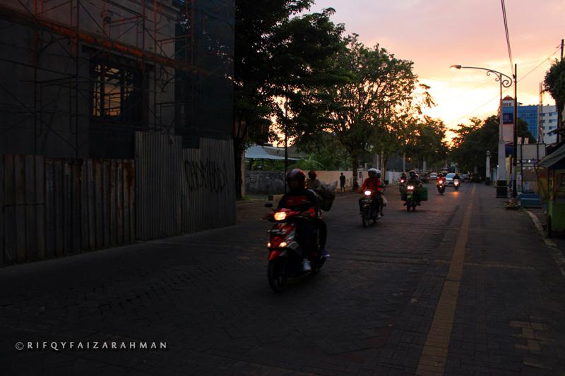 Seberkas cahaya pagi di langit Kota Lama
