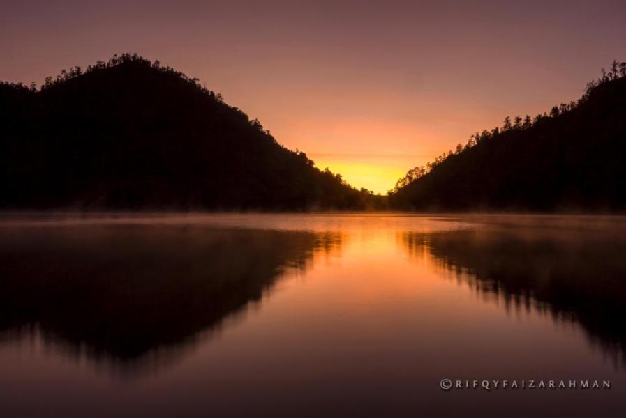 Matahari terbit di langit Ranu Kumbolo yang keemasan