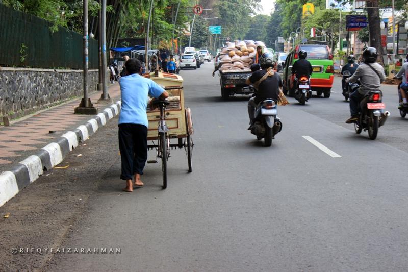 Salah satu ruas jalan yang bersebelahan dengan Kebun Raya Bogor