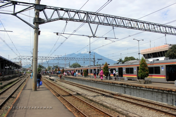 Saat cerah, Gunung Halimun-Salak menjadi latar alami Stasiun Bogor ini