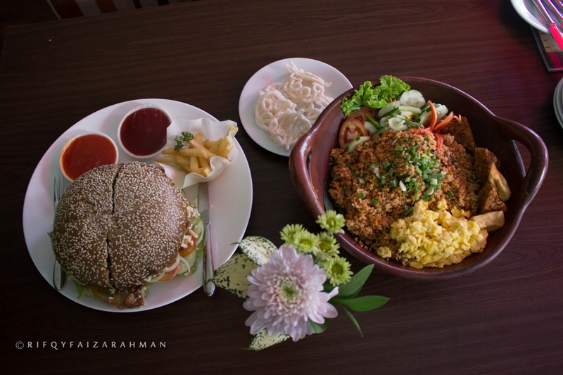 Nasi Goreng Kimcil (kanan) dan Black Burger Go-Song (kiri), menu baru andalan Hotel Horison Ultima Malang