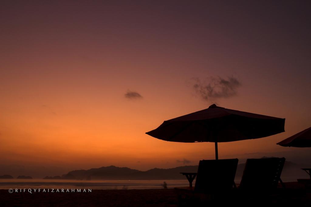 Sunset di Pantai Pulau Merah, Banyuwangi