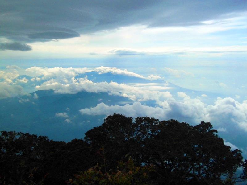 Gumpalan awan di sekitar Gunung Cikuray