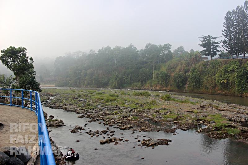 Kabut masih melayang di atas Kali Serayu