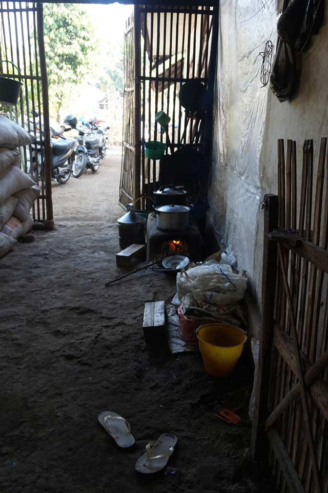 Sudut rumah berisi tungku perapian. Ibunda Anam masih menggunakan ini untuk memasak, meskipun memiliki kompor gas.