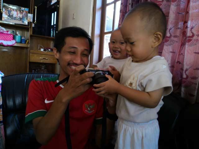 Saya bersama si kembar, yang paling dirindukan Anam. Fathan nampak penasaran dengan kamera saya (Dipotret oleh teman saya, Lutfi)