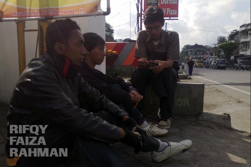 Ngemper sejenak di teras minimarket di Tabanan, Bali.