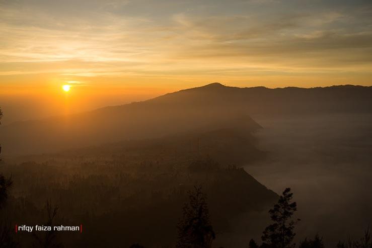 Memandang matahari terbit (sunrise) dari anjungan pandang Seruni Point