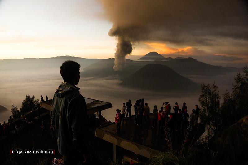 Gunung Bromo dan erupsinya dilihat dari anjungan pandang Seruni Point