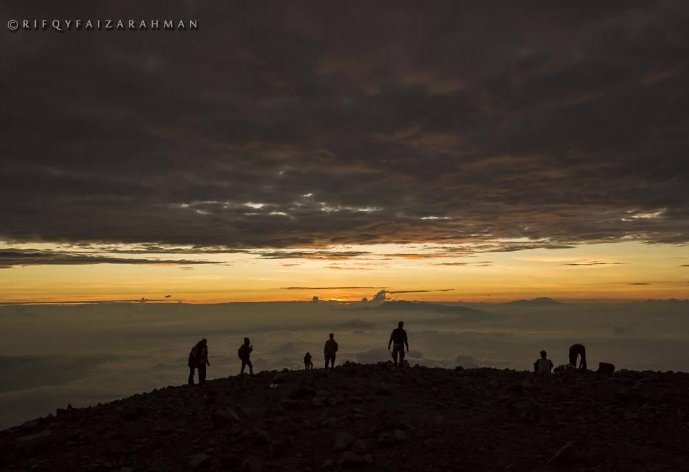 Segaris fajar dari Puncak Mahameru, Gunung Semeru