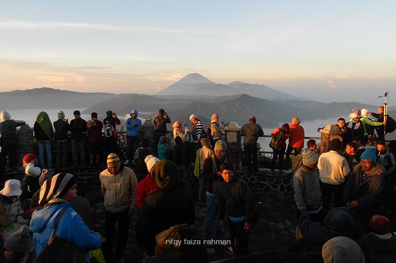 Wisatawan berdesakan di sunrise point, gardu pandang Pananjakan 1 Cemoro Lawang, Probolinggo. Di sini adalah salah satu spot terbaik menyaksikan sunrise Gunung Bromo dan lautan pasirnya dari atas bukit.