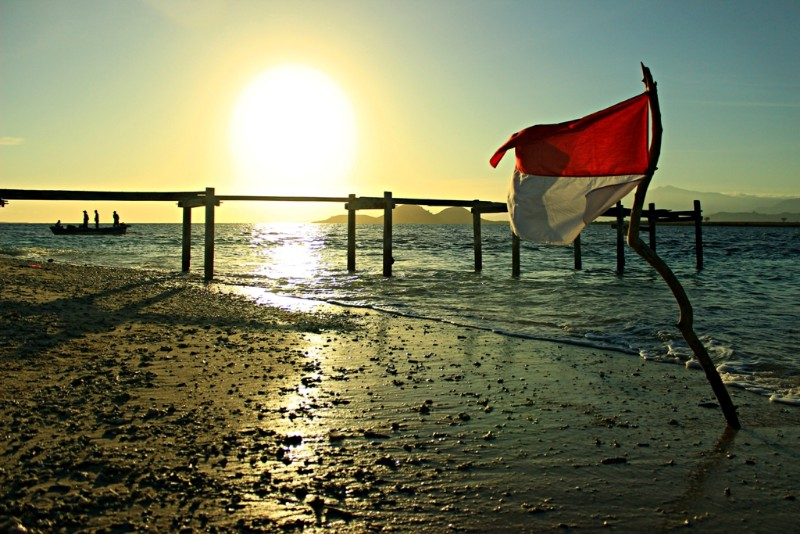 Merah putih berkibar berlatar matahari di Pulau Kenawa