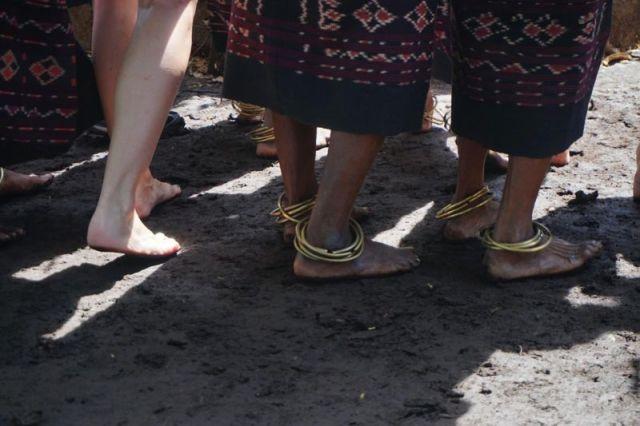 Gemerincing gelang di kaki-kaki penari Lego-Lego, tarian adat Takpala di Alor (dokumentasi pribadi)