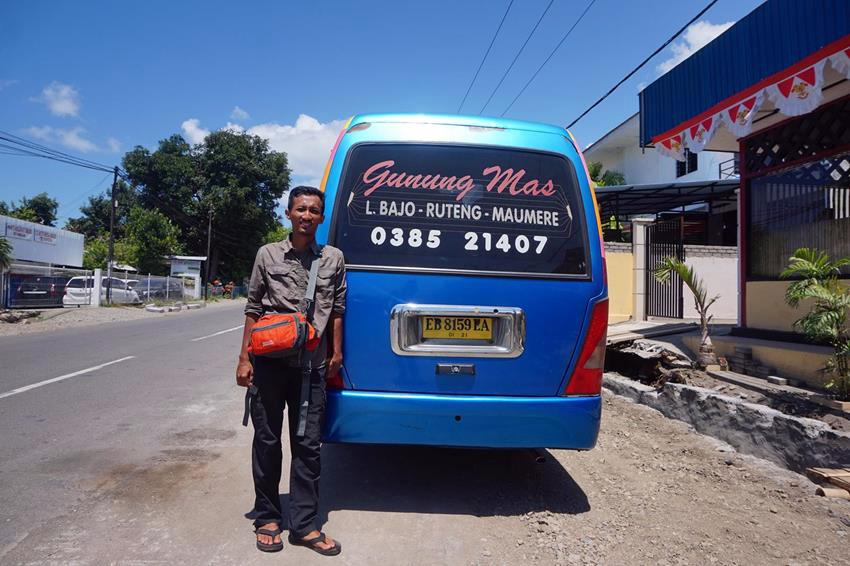 Saya dan mikrobus Gunung Mas trayek Maumere-Ruteng saat istirahat makan di sebuah rumah makan masakan Padang di kota Ende