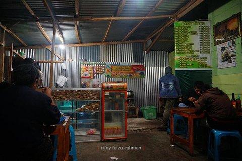 Warung bakso milik orang Bandung di dekat pusat kota Ruteng, tak jauh dari hotel Rima tempat saya menginap