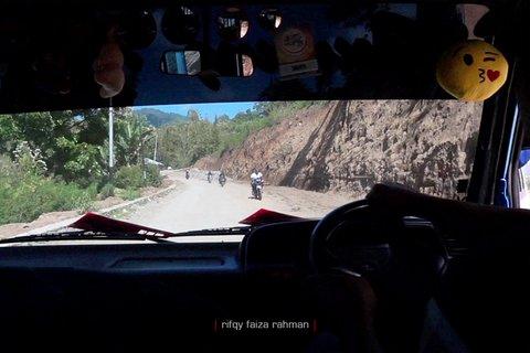 Jalan Trans Flores dengan banyak titik rawan longsor membuat kita harus berhati-hati dan banyak berdoa saat melewatinya