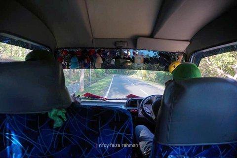Berhenti sebentar setelah 15 menit perjalanan dari Maumere. Ada penumpang yang tertinggal.