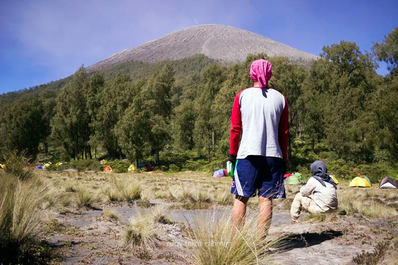 Subhan (berdiri) dan Anggrek sesaat termangu memandangi tubuh Gunung Semeru