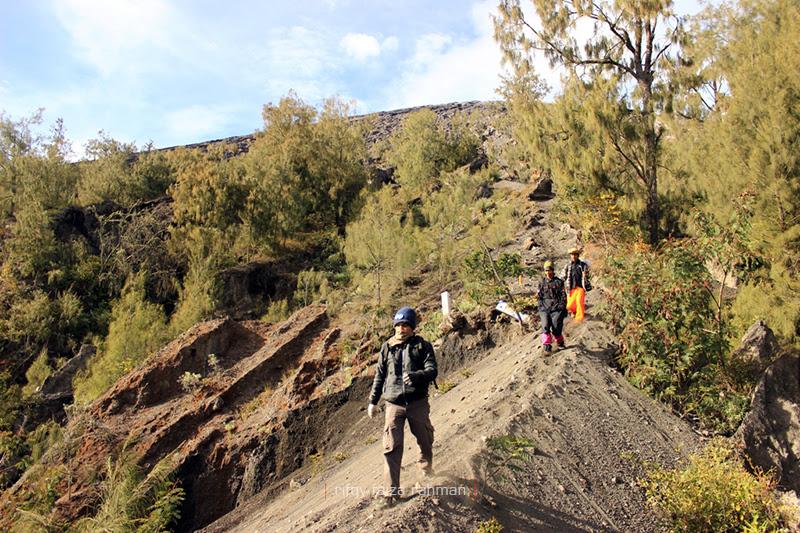 Igir 'siratal mustaqim' yang menjembatani Kelik, batas vegetasi dengan jalur berpasir menuju puncak Mahameru