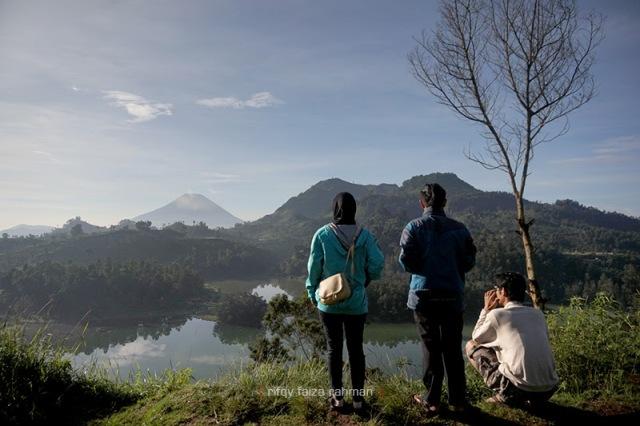 Menikmati pagi yang agak sendu saat gerhana matahari di Bukit Sidengkeng, Telaga Warna, Dieng