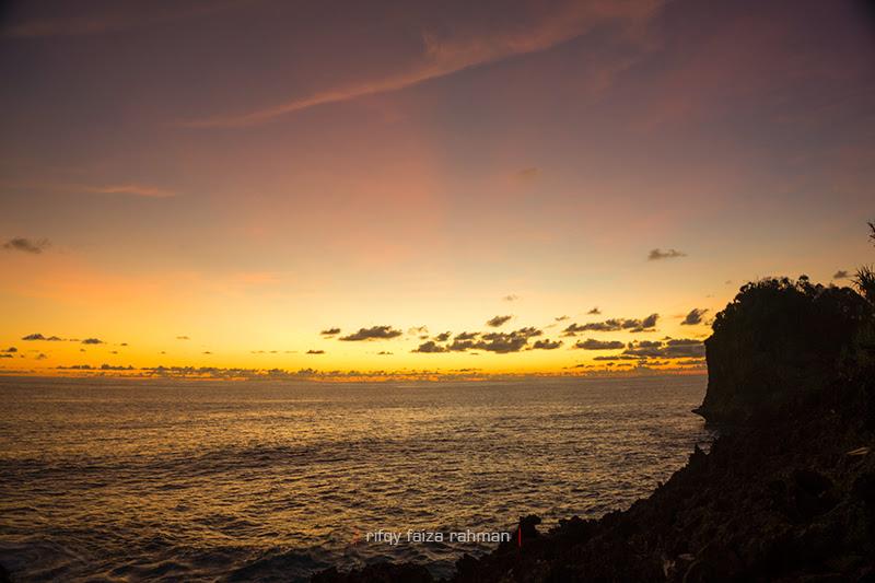Momen sunset dilihat dari atas bukit dekat Pantai Watu Lepek, di sisi timur Pantai Batu Bengkung, Malang selatan