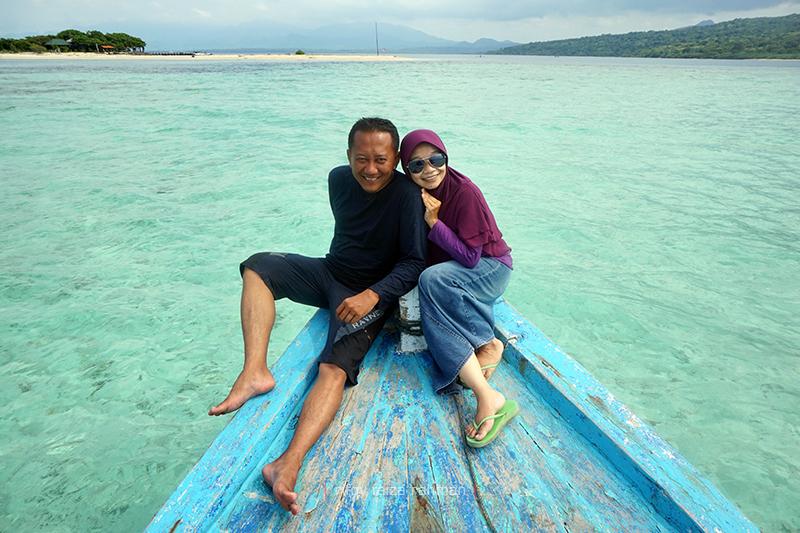 Berfoto di ujung perahu berlatar pasir putih Pulau Menjangan