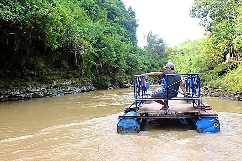 Perahu getek antar-jemput ke air terjun Sri Gethuk melintasi sungai Oyo yang kecoklatan saat musim penghujan