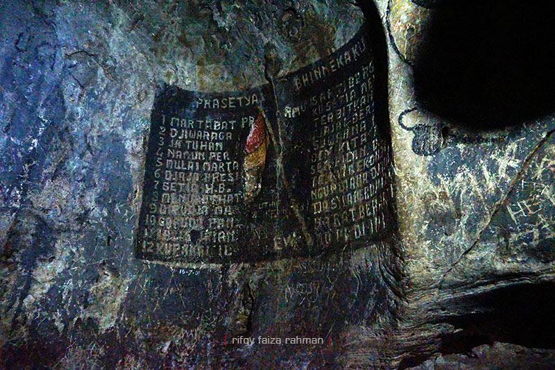 Ukiran kata-kata penyemangat para Laskar Mataram di ruang ketiga, ruang meditasi