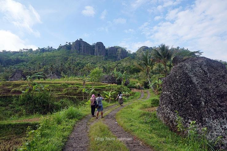 Meninggalkan Kampung Pitu menuju penginapan lewat jalur pulang yang berbeda. Tampak gunung api purba begitu megah.