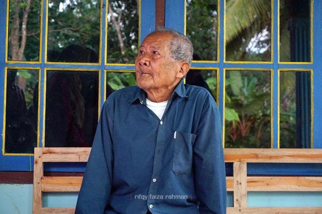 Mbah Redjo Dimulyo, 100 tahun, sesepuh Kampung Pitu saat ditemui di rumahnya.