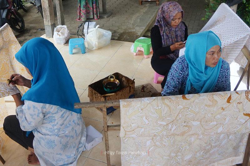 Dari kiri (searah jarum jam): Khiftiyah, Imaroh, dan Nur Janah. Ketiganya sedang mencanting saat kami tiba di kampung batik ini.