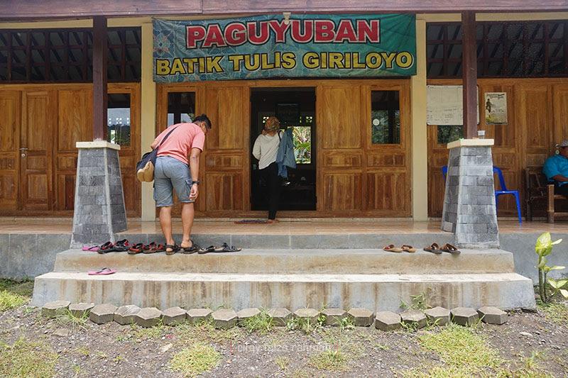 Showroom batik tulis Giriloyo. Kelak akan dibangun museum batik di tempat ini sebagai wujud melestarikan batik tulis.