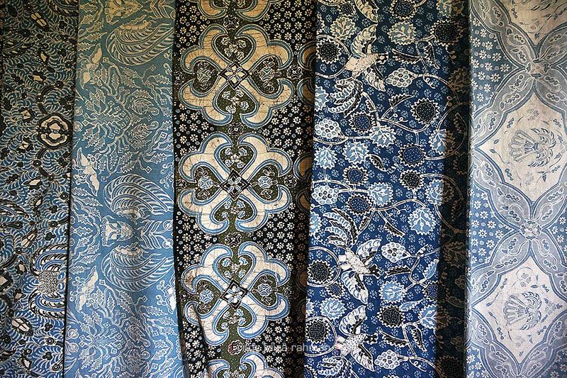 Beragam contoh batik tulis motif klasik khas Giriloyo dengan warna alami yang lembut
