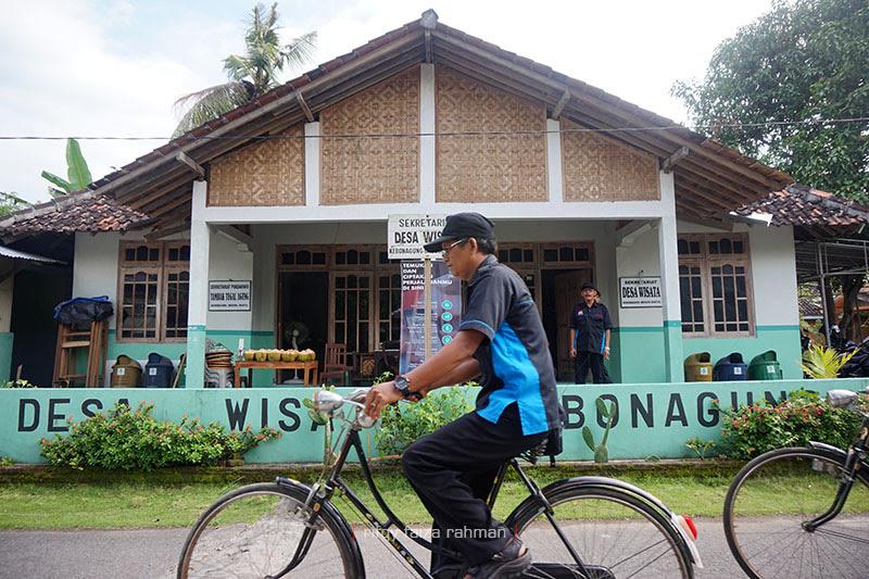 Tampak depan sekretariat pengurus desa wisata Kebonagung. Bersepeda onthel adalah salah satu cara untuk menikmati desa ini