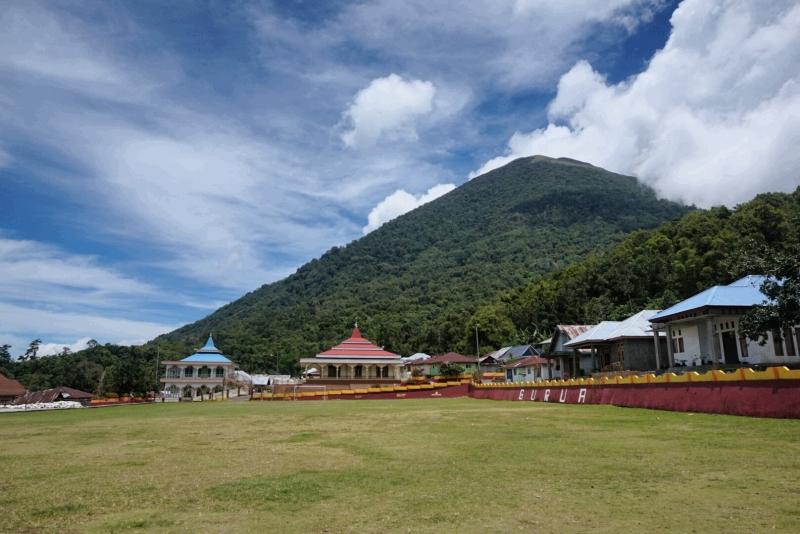 Lapangan bola Gurabunga dan Kie Matubu (1.730 mdpl) yang memberi kesejukan di desa ini