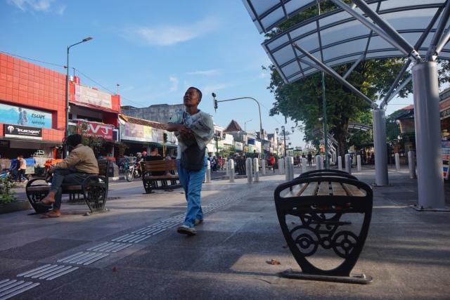 Pedestrian di Jalan Malioboro, Yogyakarta. Kawasan ini termasuk yang tak luput dari permasalahan penurunan permukaan air tanah