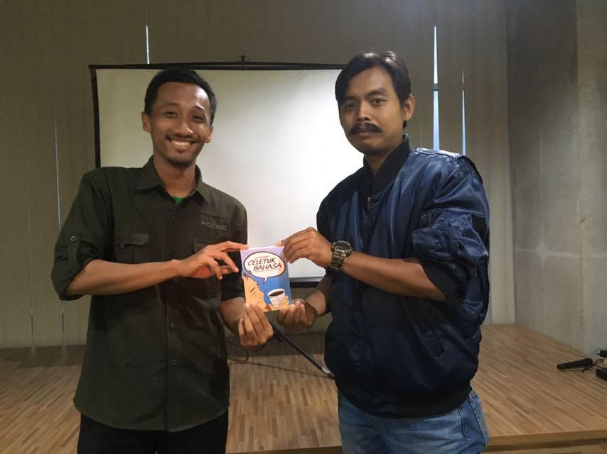 "Saya berfoto dengan Khairul Anam, mentor menulis ficer di hari terakhir pelatihan, Minggu (29/10). Mendapat hadiah berupa buku ""Celetuk Bahasa: Mengungkap 100+ Salah Kaprah"" karya Uu Suhardi atas tulisan pilihan mentor."