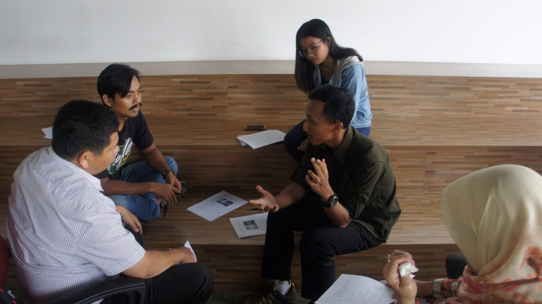 Diskusi tulisan dengan mentor (Foto oleh panitia)