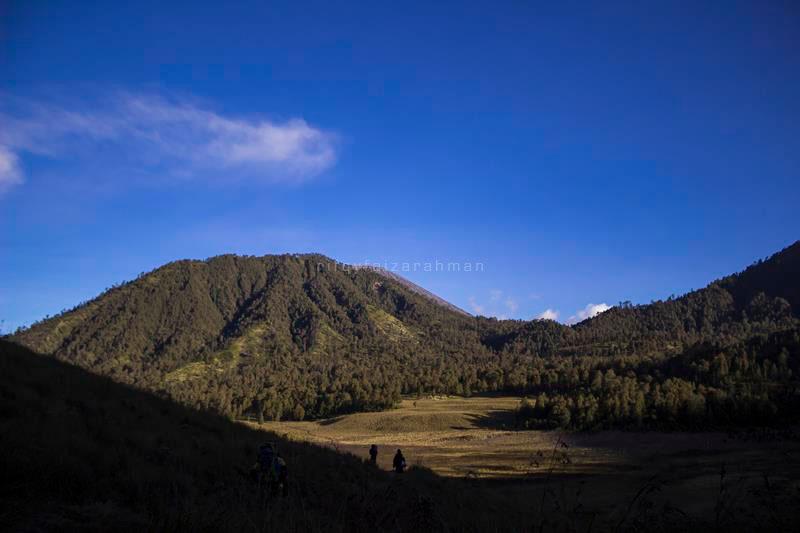 Memandang Oro-oro Ombo sekilas, sebelum turun ke perkemahan Ranu Kumbolo. Tampak Gunung Semeru menyembul di balik Gunung Kepolo.