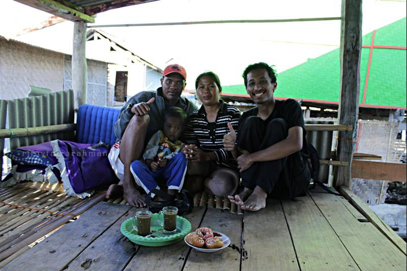 Foto bersama Saleh, Suhar, dan Irfan di teras rumah