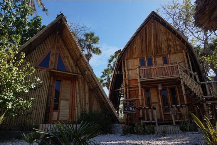 Penginapan dari bambu berbentuk Sasando (kanan). Keduanya mengandalkan listrik dari panel surya