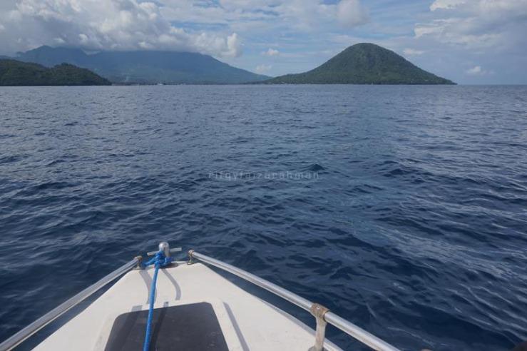 Pulau Maitara (kanan) dan Tidore dengan Gunung Marijang yang tertutup awan