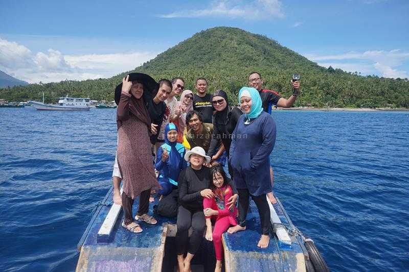 Foto bersama berlatar Pulau Maitara