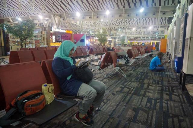 Transit selama kurang lebih 5,5 jam di Bandara Sultan Hasanuddin, Maros