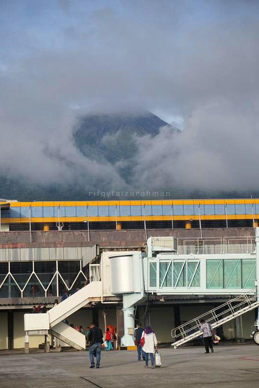 Kabut yang menyamarkan Gunung Gamalama, terlihat dari apron Bandara Sultan Babullah, Ternate