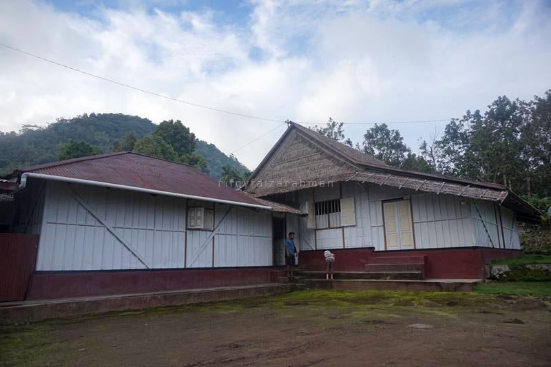 Salah satu rumah adat (rumah puji) sowohi di Gurabunga