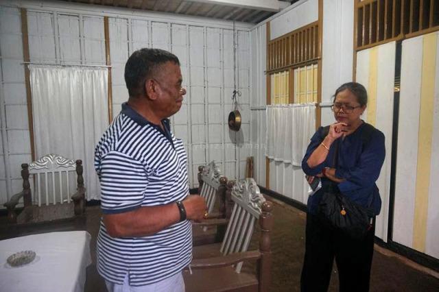 Yunus menjelaskan seluk-beluk rumah adat kepada Dwi Woro Retno Mastuti, dosen FIB Universitas Indonesia