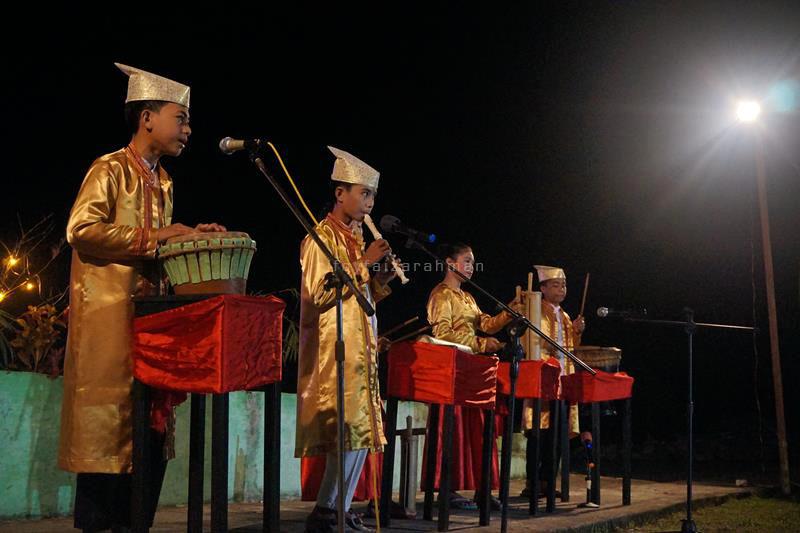 Anak-anak muda membawakan lagu 'Kabata Juanga'