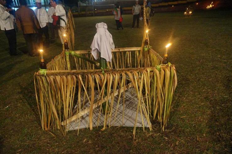 Seruas bambu yang menampung air dari puncak Gunung Marijang